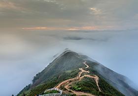 云烟缭绕的山顶高清图