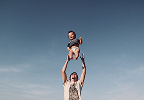 爸爸高举孩子高清图