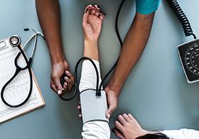正在测量血压的医生高清图