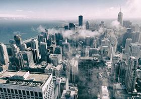 烟雾中的城市建筑群高清图