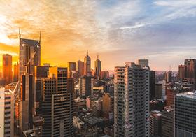 霞光中的城市建筑群高清图