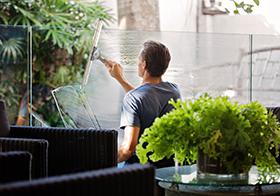 正在刮玻璃的男子高清图
